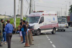 Una ambulancia llega a la prisión de Guayaquil luego de los actos de violencia que dejaron reclusos muertos en varias prisiones de Ecuador