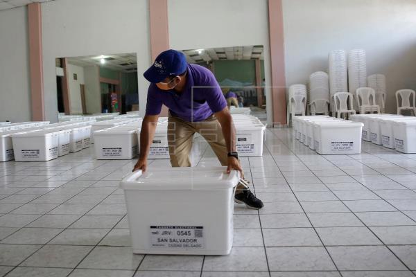Un representante de la Junta Electoral Municipal fue registrado este jueves al organizan el material electoral que será distribuido a centros de votación el próximo 28 de febrero, en Ciudad Delgado (El Salvador)