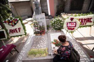 Una mujer coloca flores en la tumba del dirigente sindical Tucapel Jiménez Alfaro, asesinado durante la dictadura militar de Augusto Pinochet (1973-1990), durante un acto de conmemoración en el 39º aniversario del homicidio, en Santiago (Chile)