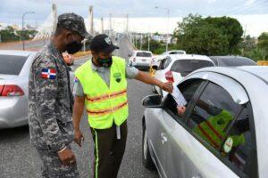 Autoridades policiales y militares verifican el cumplimiento de las restricciones.