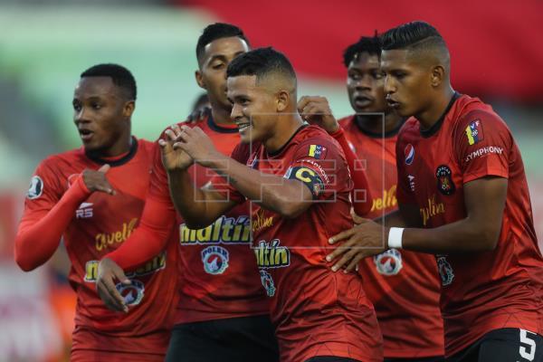 Jorge Echeverría (c) de Caracas celebra un gol hoy, en un partido de la primera fase de la Copa Libertadores entre Caracas FC y Cesar Vallejo en el estadio Olímpico en Caracas (Venezuela)