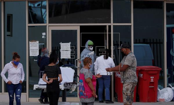 Familiares de pacientes infectados por la COVID-19 esperan informes afuera de las instalaciones del Instituto Mexicano del Seguro Social (IMSS), el pasado 26 de febrero de 2021, en la ciudad de Saltillo, Coahuila (México).
