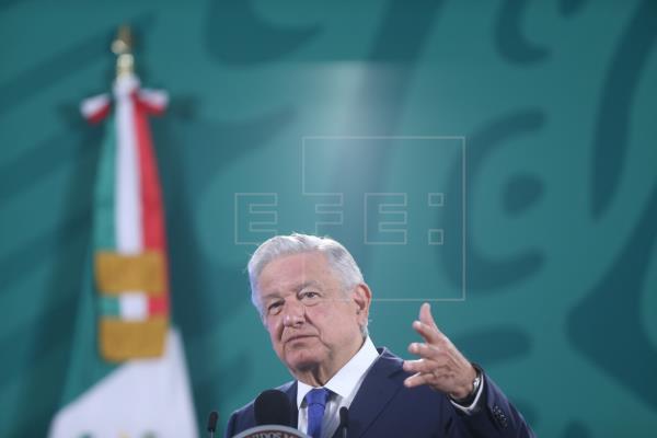 El presidente de México, Andrés Manuel López Obrador, habla durante su conferencia de prensa matutina en el Palacio Nacional hoy, en Ciudad de México (México).
