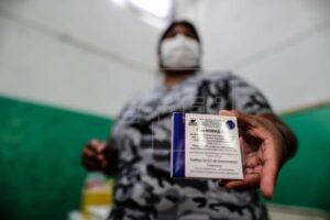 Una mujer muestra su carné tras recibir su vacuna contra la covid-19 en Buenos Aires, Argentina.