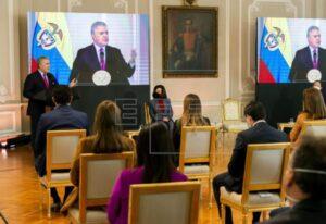 Fotografía cedida este lunes por la presidencia de Colombia en la que se registró al mandatario Iván Duque (i), junto a la canciller, Claudia Blum (d), durante la firma del decreto del Estatuto de Protección Temporal a Migrantes Venezolanos, en Bogotá (Colombia)