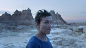 """Fotograma cedido este viernes por 20th Century Studios en el que se registró a la actriz estadounidense Frances McDormand, al interpretar el papel de Fern, durante una escena de la película """"Nomadland""""."""