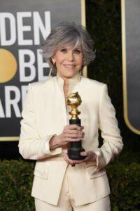 La legendaria actriz estadounidense Jane Fonda fue registrada este domingo al posar con el premio honorífico Cecil B. deMille, otorgado durante la ceremonia de los Globos de Oro, en el hotel Beverly Hilton de Beverly Hills (California, EE.UU.)