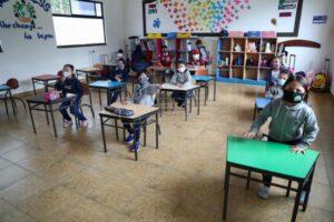 Varios estudiantes del EMDI School, ubicada a las afueras de la capital ecuatoriana, asisten a clases en escritorios con distanciamiento social hoy, durante el plan piloto para el retorno a clases en Quito (Ecuador)